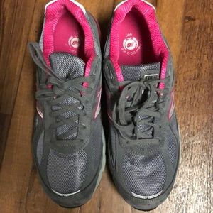 New Balance Women's 990 V 4 grey with pink shoe